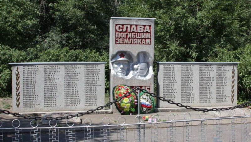 х. Шебалин Заветинского р-на. Братская могила 8 воинов и мемориал погибшим землякам.