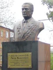 г. Зверево. Бюст, установленный в 2009 году полному кавалеру орденов «Славы» Петру Колесникову.