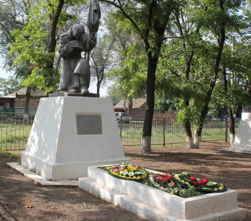 х. Большая Таловая Зерноградского р-на. Братская могила советских воинов по улице Литунова.
