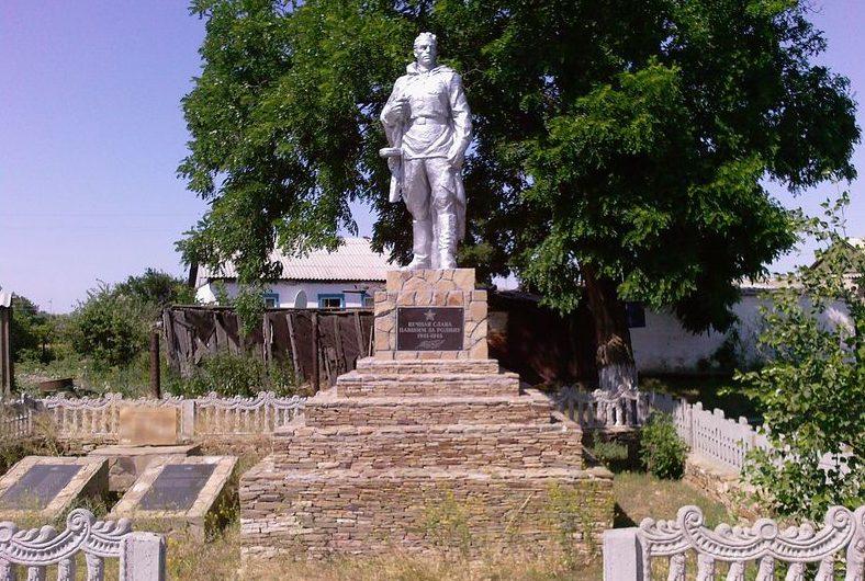 х. Погорелов Белокалитвинского р-на. Памятник, установленный на братской могиле, в которой похоронено 18 воинов, погибших в боях за хутор.
