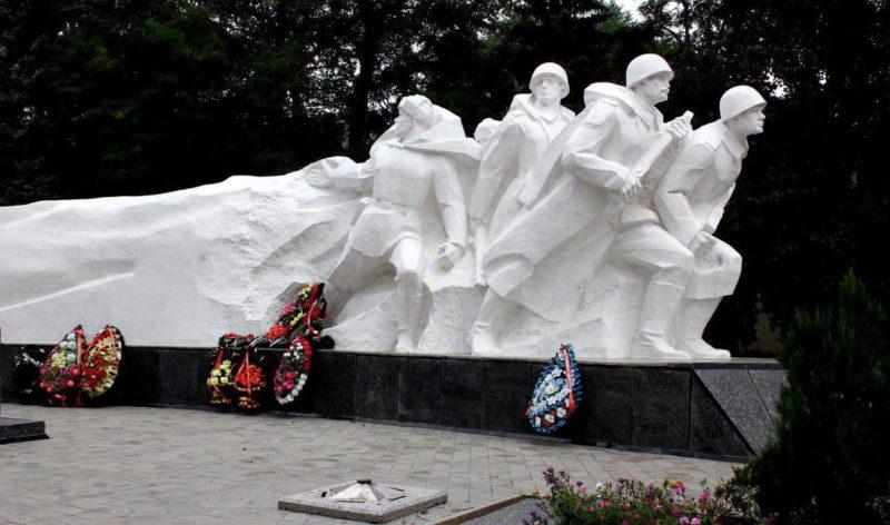 Скульптурный фрагмент мемориала.