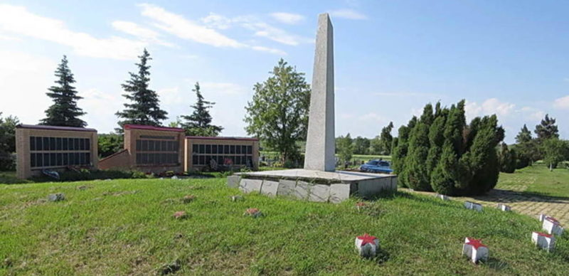 х. Каменный Зерноградского р-на. Мемориал, установленный у братских могил, в которых захоронено около 5 тысяч воинов, погибших в боях за хутор, сожженных и расстрелянных гитлеровцами раненых и военнопленных с 28 января по 2 февраля 1943 года.