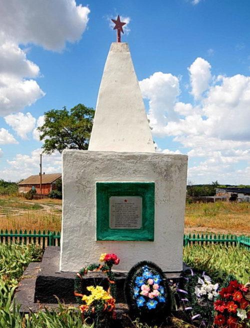 х. Титов Белокалитвинского р-на. Братская могила, в которой похоронено 12 воинов, погибших в годы войны.