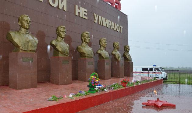 Фрагмент мемориала - бюсты героев.