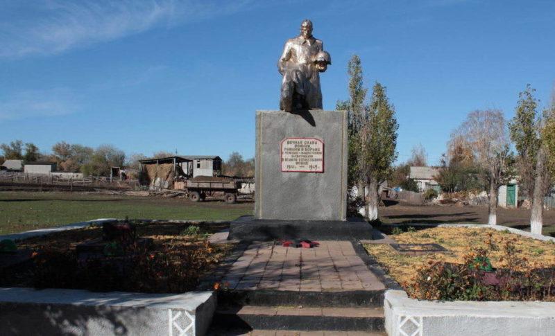 ст-ца. Краснокутская Боковского р-на. Памятник, установленный на братской могиле, в которой захоронено 77 советских воинов, погибших в боях за станицу.