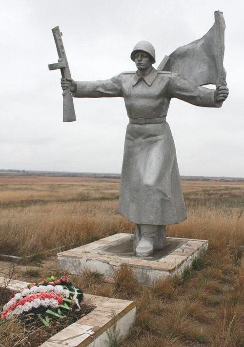 с. Бараники Сальского р-на. Памятник, установленный в 1969 году на братской могиле, в которой похоронено около 700 советских воинов.