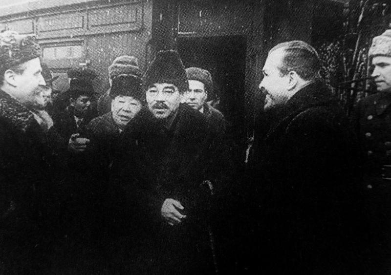 Министр иностранных дел Японии Ёсуке Мацуока и встречающие японскую делегацию лица у поезда во Владивостоке. Март 1941 г.