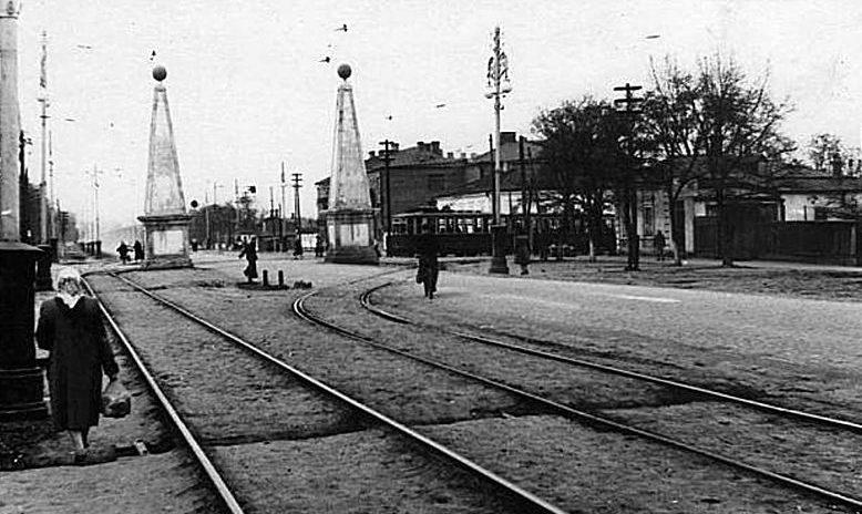 Старый городской шлагбаум. Трамвай выезжает с ул. Дзержинского на ул. Ленина. 1940 г.