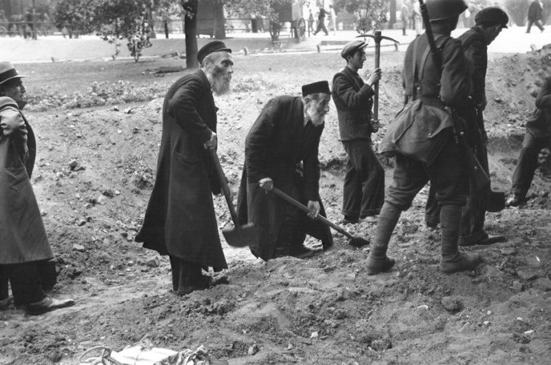 Жители Варшавы роют противотанковый ров.