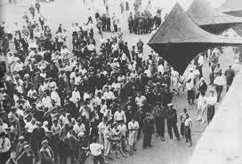 Жители Сталино слушают сообщение о начале войны. 22 июня 1941 г.