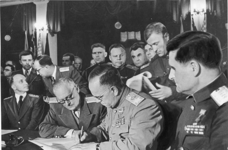 Жуков подписывает акт о приеме капитуляции Германии. 8 мая 1945 г.