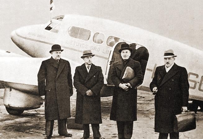 Литовская делегация перед отъездом в Москву. Министр иностранных дел Литвы Урбшис третий слева. 7 октября 1939 г.