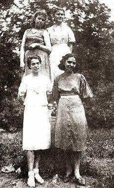 Выпускницы средней школы №29 Таганрога в городском парке. 22 июня 1941 г.