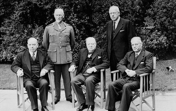 Ян Смутс (стоит в военной форме) на конференции премьер-министров стран Британского Содружества.