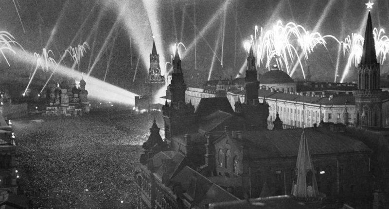 Праздничный салют в Москве. 9 мая 1945 г.