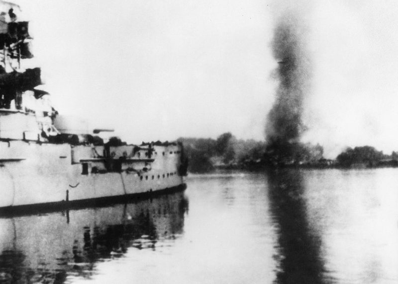 Немецкий броненосец «Шлезвиг-Гольштейн» обстреливает Вестерплатте. 05.09.1939 г.