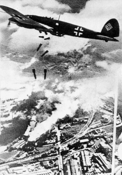 Heinkel «He 111» сбрасывает бомбы на Варшаву.