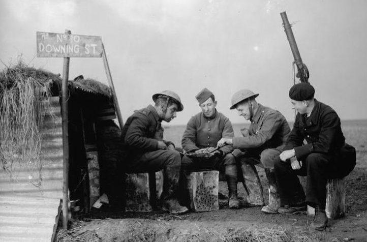 Солдаты британского экспедиционного корпуса и французских ВВС на линии фронта. Шутливая надпись над блиндажом «10 Downing Street» - адрес резиденции британского премьер-министра. 28 ноября 1939 г.