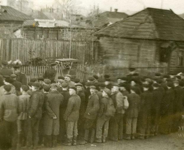 Призывники во дворе Пролетарского военкомата. Сентябрь 1941 г.