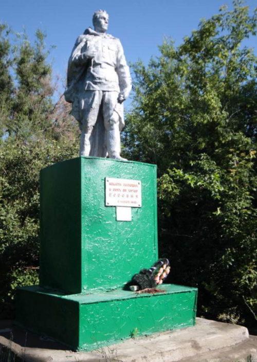 х. Бабовня Тацинского р-на. Памятник, установленный на братской могиле воинов, погибших в боях за хутор в январе 1943 года.