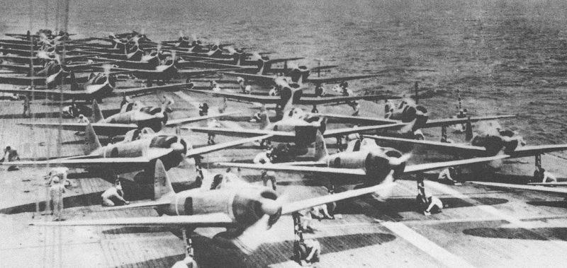 Подготовка к вылету самолетов на авианосце «Сёкаку».