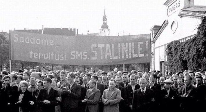 Эстонцы «благодарят» солдат Сталина за аннексию.