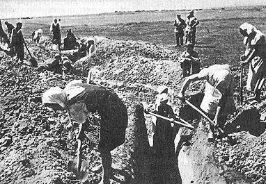 Жительницы города на рытье окопов. Лето 1941 г.