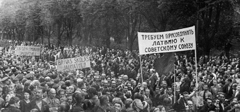 Рижане с плакатами с просьбой о присоединении к СССР.
