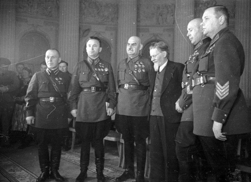 Сергей Денисов (второй слева) среди награжденных. 1940 г.