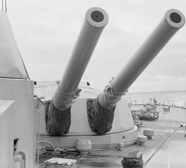 15-дюймовые орудия на борту линкора «Royal Oak».