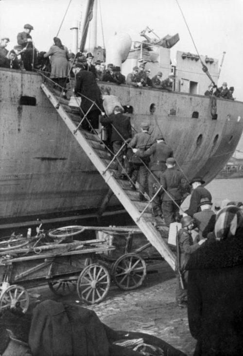 Эвакуация немецких войск и населения с Курляндии.
