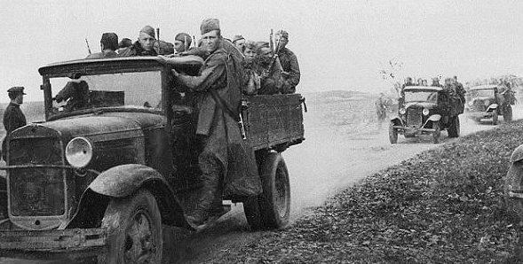 Советские пехотинцы движутся на фронт. Июль 1941 г.