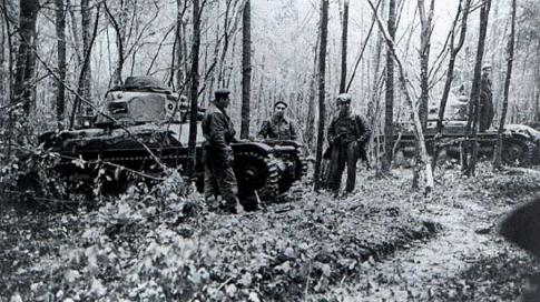 Французские танки, застрявшие в лесу.