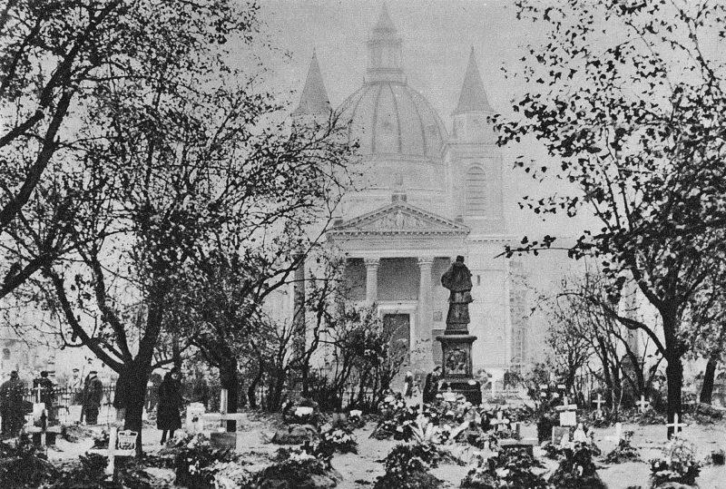 Могилы погибших варшавян в городском парке.