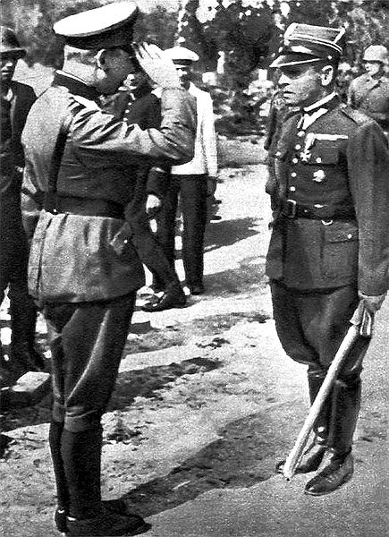 Генерал Фридрих Эберхардт принимает капитуляцию у майора Хенрика Сухарского, командира гарнизона Вестерплатте.