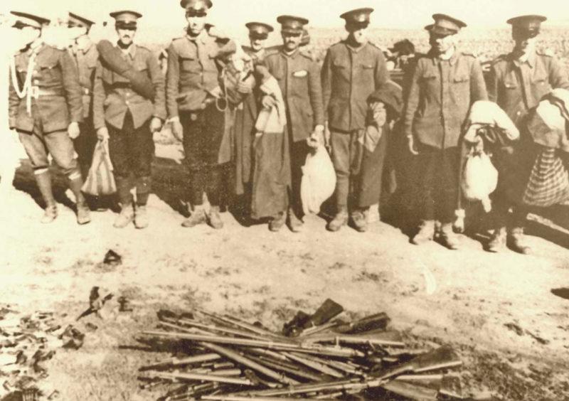 Румынские солдаты разоружаются.