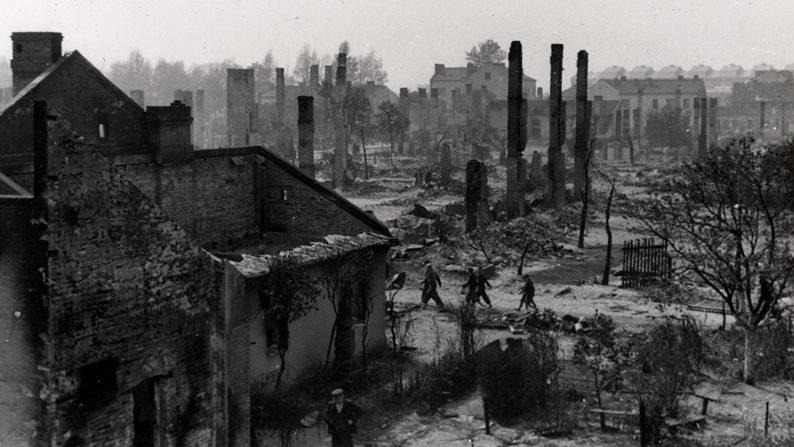 Разрушения в городе после немецких бомбардировок.