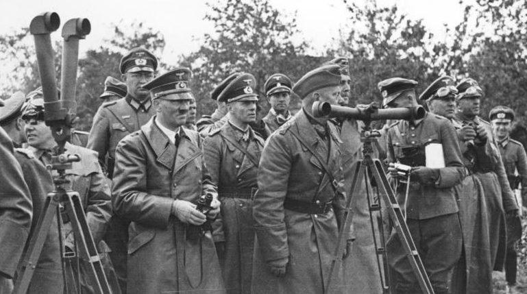 Адольф Гитлер наблюдает обстрел Варшавы.