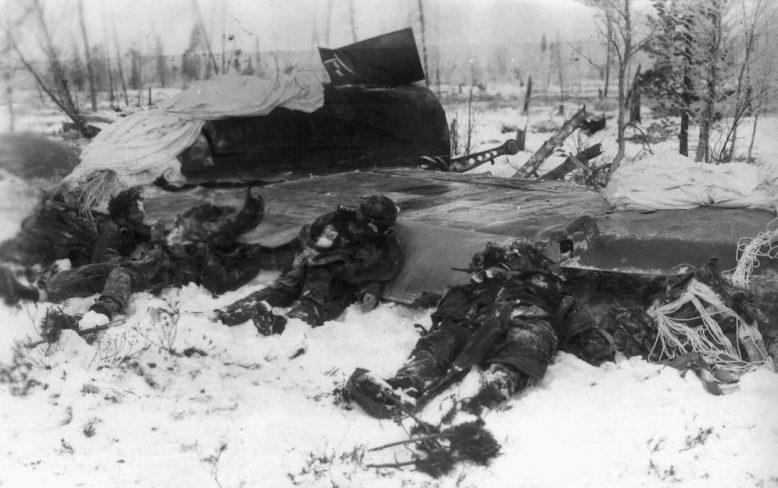 Тела летчиков у сбитого немецкого бомбардировщика Ю-88. 1941 г.