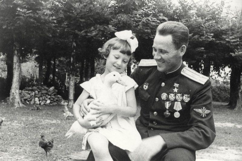 Полковник Авдеев с дочерью. 1946 г.