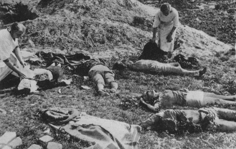 Погибшие мирные жители после авианалета.