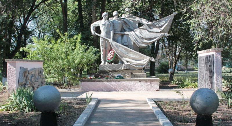 х. Верхнеобливский Тацинского р-на. Монумент «Победа», установленный в 1962 году на братских могилах, в которых захоронено 1300 советских воинов, в т.ч. 1208 неизвестных. В 1985 году монумент был реконструирован, на четырёхступенчатом постаменте из кирпича и бетона установлены скульптуры трёх солдат в полный рост. В руках воинов знамена.
