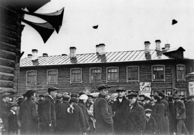 Призывники возле военкомата на Ленинградской улице. 1941 г.