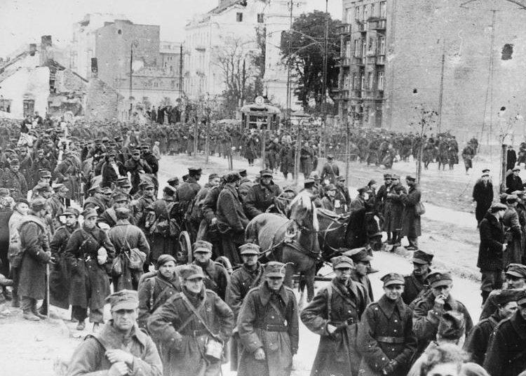 Польские солдаты покидают город, защищать который не видели смысла.