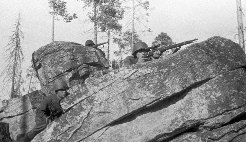 Снайперы Красной Армии в засаде в районе Мурманска. 1941 г.
