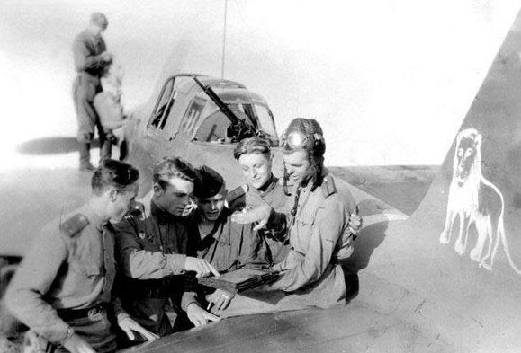 Алексеенко среди летчиков. 1945 г.