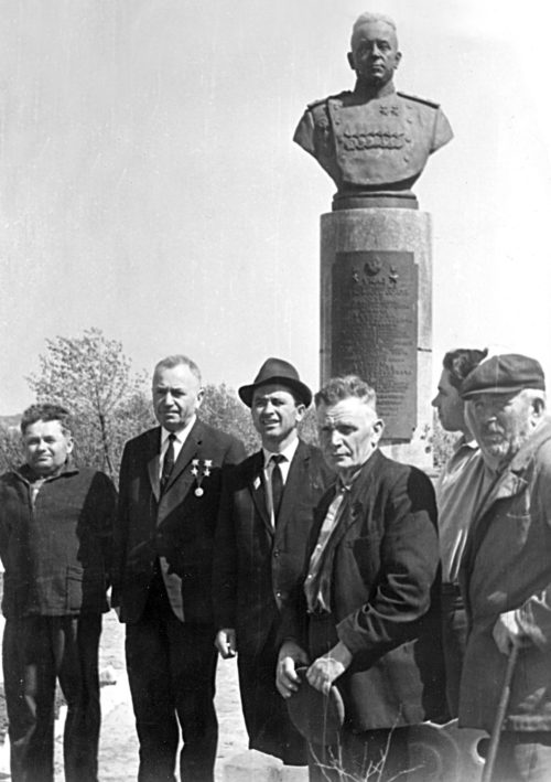 Денисов у своего бюста с земляками. 1969 г.