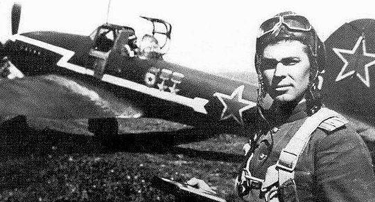 Алексеенко у своего самолета. 1945 г.