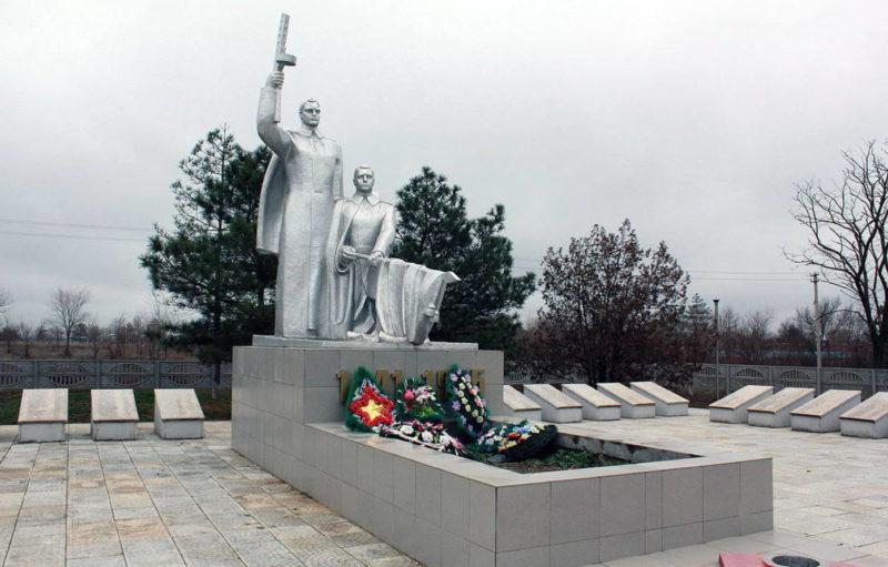с. Екатериновка Сальского р-на. Мемориал, установленный на братской могиле, в которой похоронено 496 воинов, погибших в Гражданскую и Великую Отечественную войны.