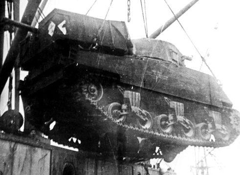 Выгрузка ленд-лизовских танков в Мурманске. 1941 г.
